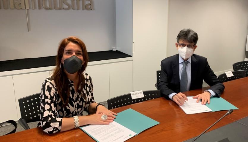 Eva Ortega-Paino, secretaria general de Raicex, junto a Humberto Arnés, director general de Farmaindustria, durante la firma del acuerdo.